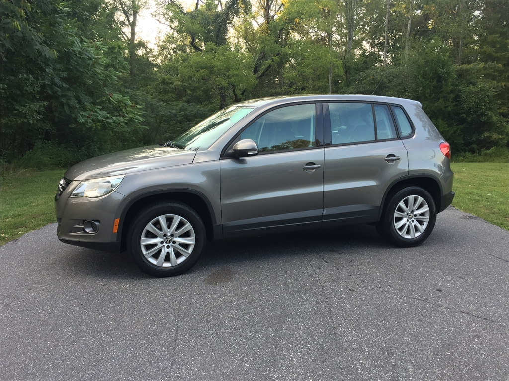 2010 Volkswagen Tiguan S 2.0 TURBO *ONE OWNER* for sale by dealer